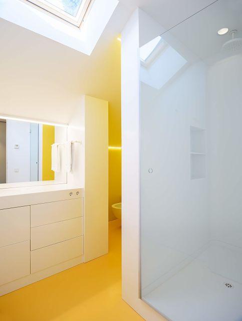 diseño y mobiliario a medida en baño amarillo