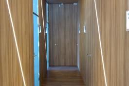 pasillo panelado en diseño de espacio interior en clínicas