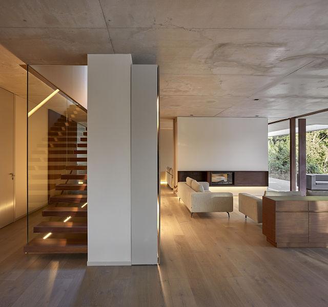 Escalera y chimenea en casas de diseño