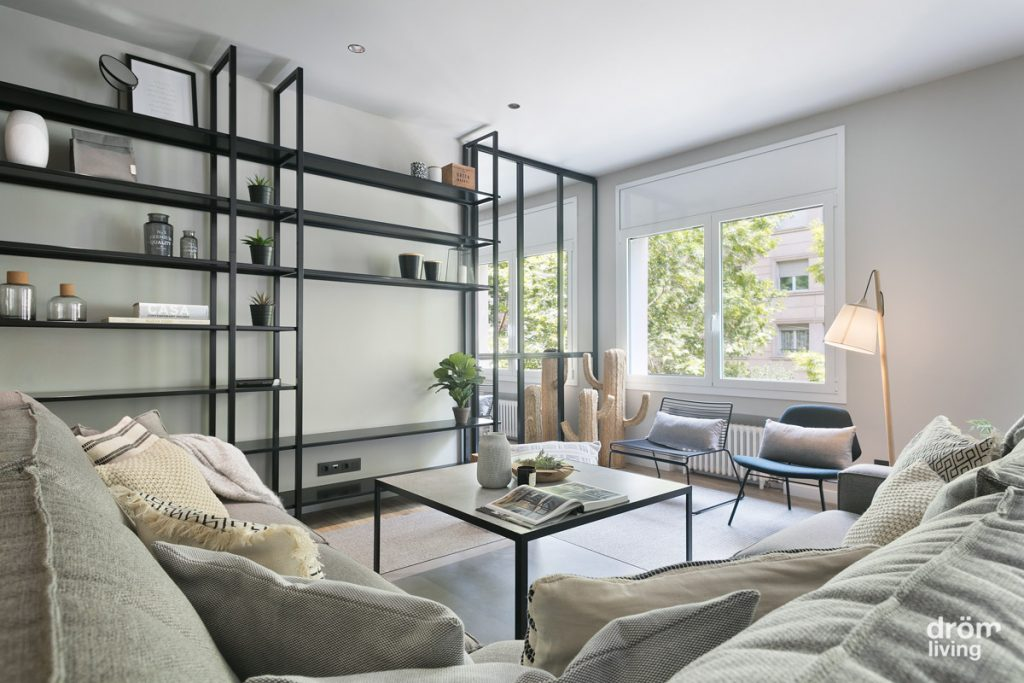 Salón de vivienda reformada en Barcelona