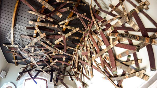 trozos de barricas en la decoración de un bar