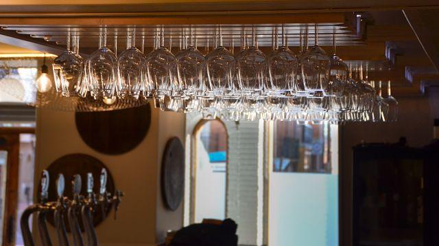 copas en la decoración de un bar