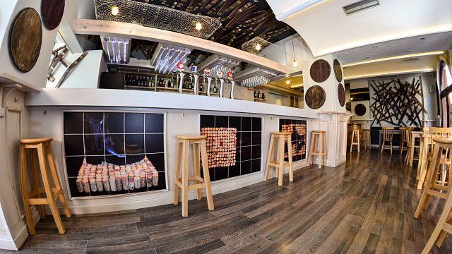 fotografías de corchos en la decoración de un bar