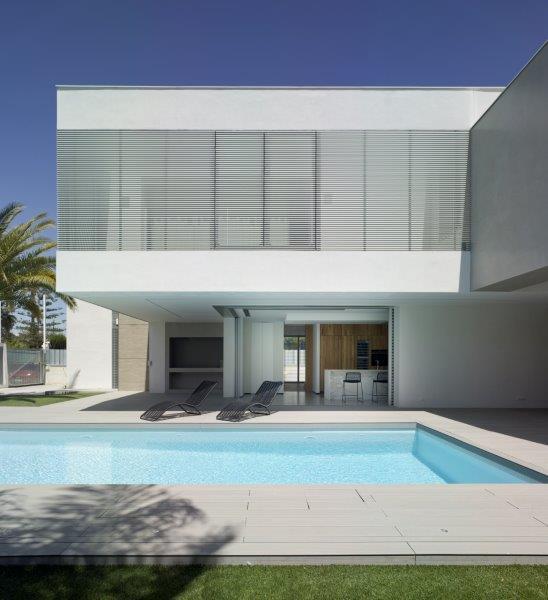 Apertura exterior en diseño minimalista y contemporáneo de vivienda