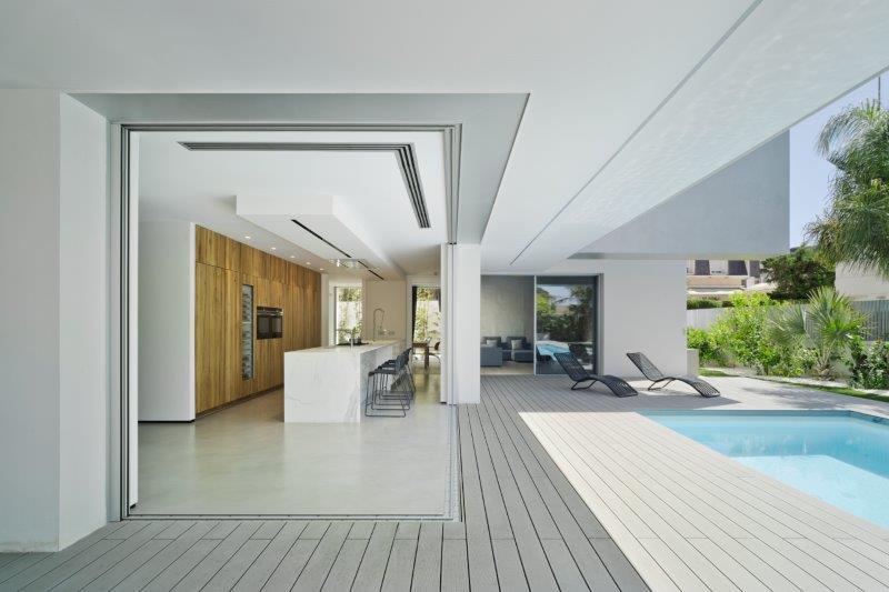 Diseño minimalista y contemporáneo de cocina abierta al jardín