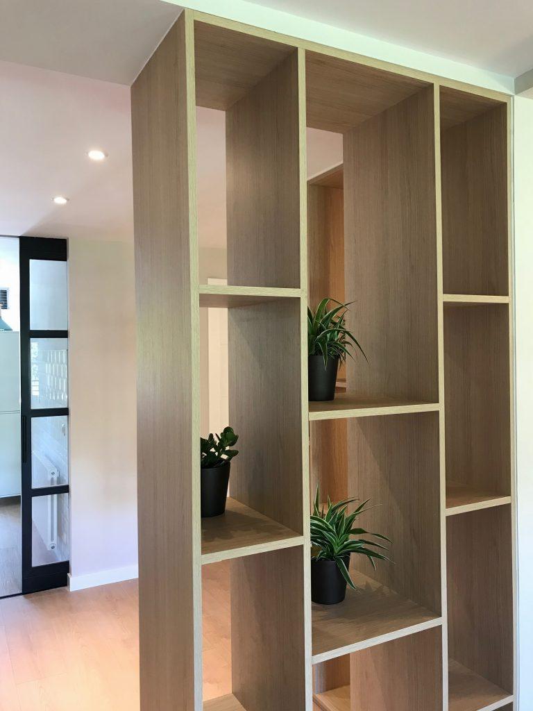 Estantería separadora de ambientes en diseño de interiores nórdico