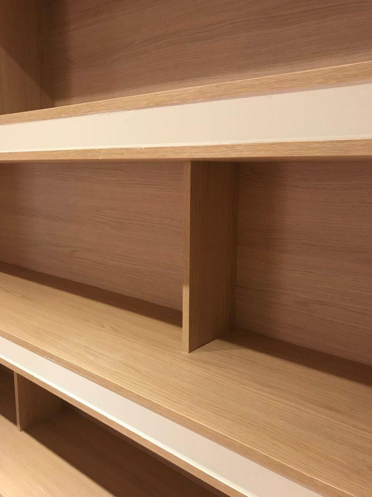 Detalle de estantería de diseño interior nórdico