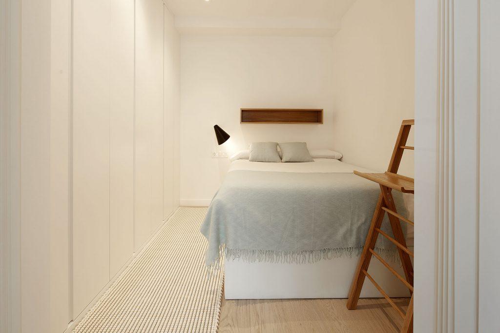 dormitorio sencillo y funcional para decorar un mini piso