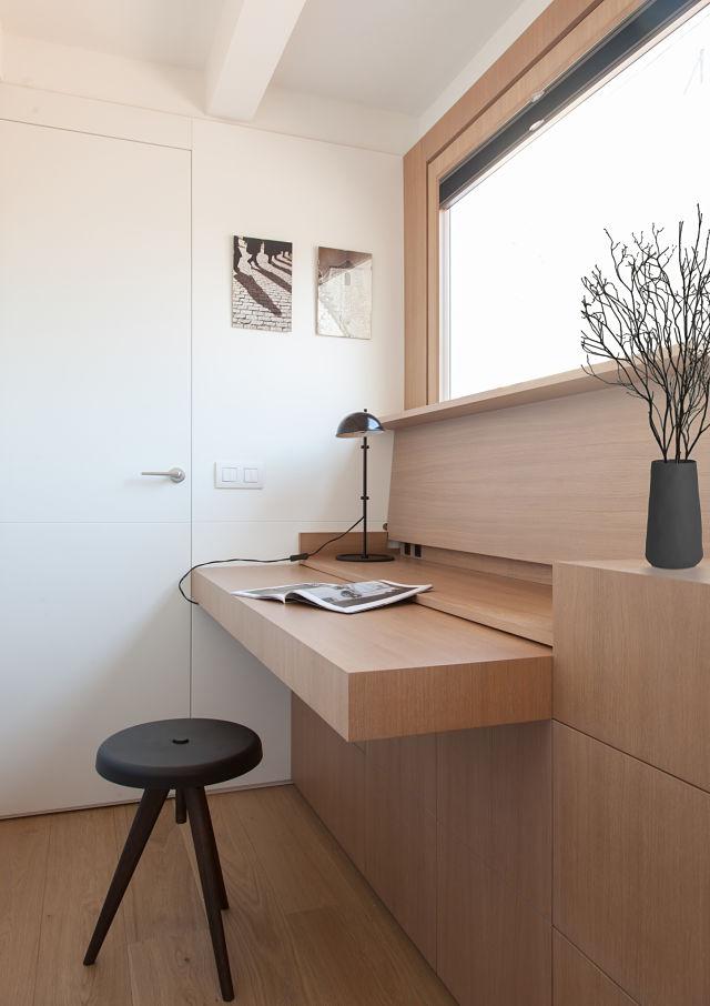 Escritorio abierto en la reforma de un mini apartamento